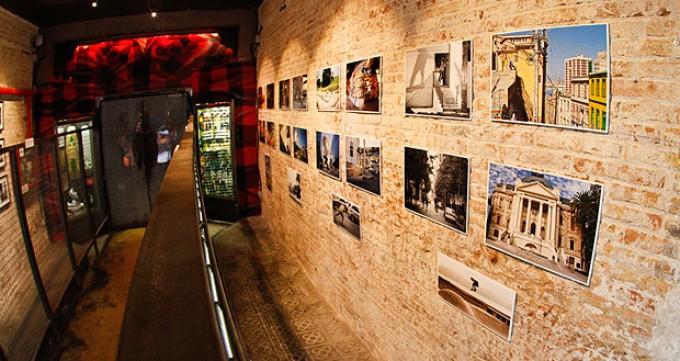 """""""De Chile a Barcelona"""" : Exposición de fotografía chilena de skate en Bar Nevermind Raval, Barcelona."""